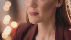 Ο καλλιτέχνης σύνθεσης εφαρμόζει το κόκκινο κραγιόν με μια επαγγελματική βούρτσα στο πρόσωπο ενός unrecognizable καυκάσιου ξανθού απόθεμα βίντεο
