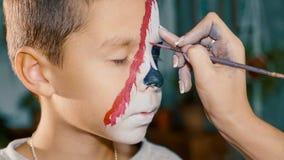 Ο καλλιτέχνης σύνθεσης κάνει το αγόρι αποκριές να αποτελέσει Τέχνη προσώπου παιδιών αποκριών στοκ φωτογραφίες