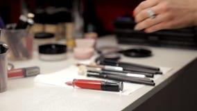Ο καλλιτέχνης σύνθεσης συλλέγει τα καλλυντικά σε μια περίπτωση απόθεμα βίντεο