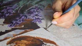 Ο καλλιτέχνης χρωματίζει μια ελαιογραφία στο στούντιο τέχνης, ζωγράφος στενό σε επάνω εργασίας, ο δημιουργός κάνει το κομμάτι της απόθεμα βίντεο
