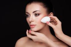 Ο καλλιτέχνης Makeup εφαρμόζει το skintone στοκ φωτογραφία με δικαίωμα ελεύθερης χρήσης