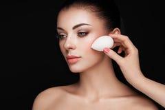 Ο καλλιτέχνης Makeup εφαρμόζει το skintone στοκ φωτογραφίες με δικαίωμα ελεύθερης χρήσης