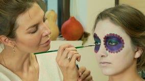 Ο καλλιτέχνης Mary Sim σύνθεσης που εφαρμόζει το μεξικάνικο πρόσωπο κρανίων ζάχαρης αποτελεί απόθεμα βίντεο