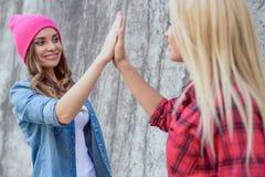 Ο καλύτερος τοίχος ύφους τάσης ηλικίας εφήβων ανθρώπων προσώπων κόμματος κερδίζει swag το σημάδι Στοκ εικόνες με δικαίωμα ελεύθερης χρήσης