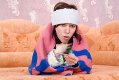 ο καναπές έπεσε κορίτσι άρρωστο Στοκ Εικόνες