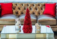 Ο καναπές και το τραπεζάκι σαλονιού κόμματος διακοπών σε κόκκινο και το λευκό το ντεκόρ Στοκ Εικόνες