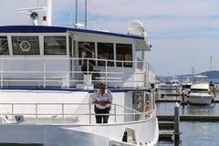 Ο καπετάνιος σε ένα σκάφος, λιμένας stephens, Αυστραλία Στοκ φωτογραφία με δικαίωμα ελεύθερης χρήσης
