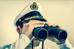 Ο καπετάνιος φαίνεται μέσω διόπτρες - αναδρομικό ύφος Στοκ φωτογραφία με δικαίωμα ελεύθερης χρήσης