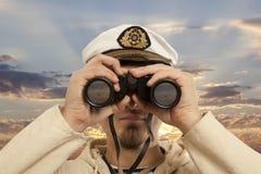 Ο καπετάνιος φαίνεται μέσω διόπτρες Στοκ φωτογραφίες με δικαίωμα ελεύθερης χρήσης