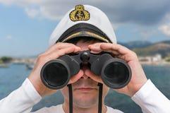 Ο καπετάνιος φαίνεται μέσω διόπτρες Στοκ εικόνα με δικαίωμα ελεύθερης χρήσης