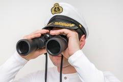 Ο καπετάνιος φαίνεται μέσω διόπτρες Στοκ Εικόνες
