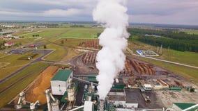 Ο καπνός ή ο ατμός διασκορπίζει στον όμορφο μπλε ουρανό Αποθήκη εμπορευμάτων των εγκαταστάσεων ξυλουργικής Το εργοστάσιο μολύνει  απόθεμα βίντεο