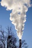 Ο καπνός από την καπνοδόχο Στοκ Φωτογραφία