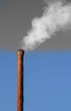 Ο καπνός προέρχεται από έναν σωλήνα Στοκ Εικόνα