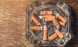 Ο καπνός τσιγάρων είναι έπειτα πεταμένα τσιγάρα Στοκ εικόνα με δικαίωμα ελεύθερης χρήσης