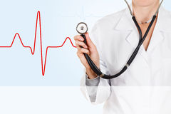 Ο καρδιολόγος ακούει το ποσοστό καρδιών με ένα στηθοσκόπιο στοκ εικόνα