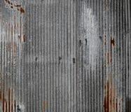 Ο κασσίτερος έριξε τον τοίχο με τη σκουριά Στοκ εικόνα με δικαίωμα ελεύθερης χρήσης
