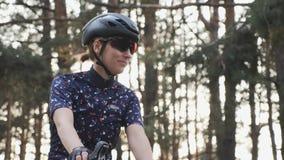 Ο κατάλληλος ευτυχής ποδηλάτης αρχίζει το γύρο κατάρτισής της Έννοια ανακύκλωσης φιλμ μικρού μήκους