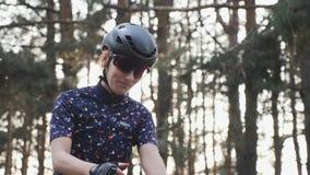 Ο κατάλληλος ευτυχής ποδηλάτης αρχίζει το γύρο κατάρτισής της Έννοια ανακύκλωσης o απόθεμα βίντεο