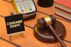 Ο καταναλωτής διορθώνει το θέμα με ξύλινο gavel στον πίνακα, υπόβαθρο νόμου στοκ εικόνες