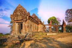Ο καταπληκτικός ουρανός στην κορυφή του ναού Preah Vihear βρίσκεται σε ένα ευχάριστο περιβάλλον με έναν ελκυστικό στην Καμπότζη στοκ εικόνες