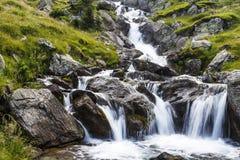 Ο καταρράκτης ενός ποταμού βουνών με τους βράχους Carpathians Στοκ Εικόνες