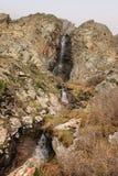 Ο καταρράκτης Aksay στο εθνικό πάρκο της ΑΛΑ Archa το Μάιο, Κιργιστάν Στοκ Φωτογραφία
