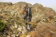 Ο καταρράκτης Aksay στο εθνικό πάρκο της ΑΛΑ Archa το Μάιο, Κιργιστάν Στοκ εικόνες με δικαίωμα ελεύθερης χρήσης