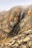 Ο καταρράκτης Aksay στο εθνικό πάρκο της ΑΛΑ Archa το Μάιο, Κιργιστάν Στοκ φωτογραφίες με δικαίωμα ελεύθερης χρήσης
