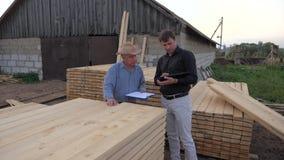 Ο κατασκευαστής της ξυλείας και ο αγοραστής συμφωνούν σχετικά με τη τιμή αγοράς, χέρια κουνημάτων απόθεμα βίντεο