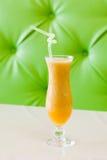 Ο καταφερτζής βερίκοκων, νωποί καρποί πίνει το πορτοκαλί χρώμα Μπεζ πίνακας, πράσινο υπόβαθρο στρέψτε μαλακό Στοκ φωτογραφίες με δικαίωμα ελεύθερης χρήσης