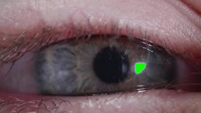Ο καυκάσια άνδρας ή η γυναίκα εξετάζει τη κάμερα Η πράσινη οθόνη της κινητής συσκευής απεικονίζεται στο μαθητή φιλμ μικρού μήκους