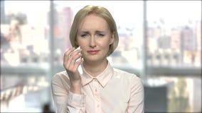 Ο καυκάσιος εργαζόμενος γραφείων θηλυκών φωνάζει απόθεμα βίντεο