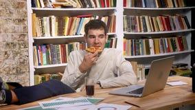 Ο καυκάσιος λειτουργώντας τύπος χρονικού σφάλματος είναι καταψύχοντας στον εργασιακό χώρο, κρατώντας τη φέτα πιτσών και drinkink  φιλμ μικρού μήκους
