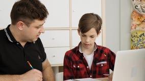 Ο καυκάσιος sertious πατέρας ρωτά τον ένοχο γιο του γιατί έχει τους κακούς βαθμούς στο copybook του σε αργή κίνηση απόθεμα βίντεο