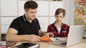Ο καυκάσιος sertious πατέρας ρωτά τον ένοχο γιο του γιατί έχει τους κακούς βαθμούς στο copybook του σε αργή κίνηση φιλμ μικρού μήκους