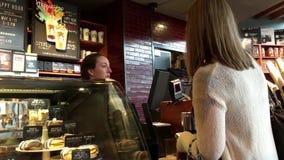 Ο καφές αγοράς πελατών και πληρωμή από το μήλο πληρώνει φιλμ μικρού μήκους