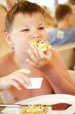 ο καφές αγοριών παραλιών τρώει το καλοκαίρι πιτσών στοκ φωτογραφίες