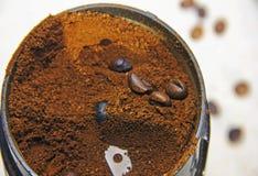 ο καφές αλέθεται σε έναν φυσικό σωρό επίγειου καφέ μύλων καφέ Στοκ Εικόνες