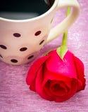 Ο καφές και αυξήθηκε εύγευστοι ποτό και βαλεντίνοι μέσων στοκ εικόνες