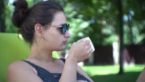 Ο καφές κατανάλωσης γυναικών επάνω απόθεμα βίντεο