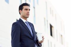 Ο καφές κατανάλωσης επιχειρηματιών για να πάει με παίρνει μαζί το φλυτζάνι Στοκ εικόνα με δικαίωμα ελεύθερης χρήσης