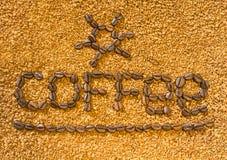 Ο καφές λέξης από τα φασόλια καφέ στο υπόβαθρο του διεσπαρμένου στιγμιαίου καφέ στοκ εικόνα με δικαίωμα ελεύθερης χρήσης