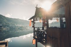 Ο καφές που αναμιγνύεται λίμνη με το γάλα στην απαγόρευση Rak Ταϊλανδός lightVillages και λιμνών ενός γυαλιού πρωινού είναι λίγο  στοκ φωτογραφίες