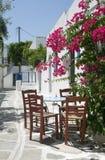 ο καφές προεδρεύει του κλασικού ελληνικού πίνακα νησιών στοκ φωτογραφία
