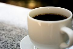 Ο καφές, σπάσιμο, τρόπος ζωής, καυτός καφές εξυπηρετεί για το χρόνο ανάγνωσης στοκ φωτογραφία
