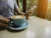 Ο καφές το πρωί χαλαρώνει Στοκ φωτογραφία με δικαίωμα ελεύθερης χρήσης