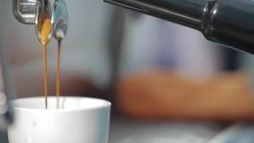 Ο καφές χύνεται σε ένα φλυτζάνι απόθεμα βίντεο