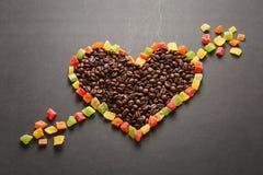 Ο καφετής καφές στο μαύρο υπόβαθρο σύστασης για το σχέδιο Κάρτα ημέρας βαλεντίνων ` s Αγίου σε fabruary 14, έννοια διακοπών Στοκ Εικόνες