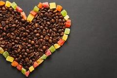 Ο καφετής καφές στο μαύρο υπόβαθρο σύστασης για το σχέδιο Κάρτα ημέρας βαλεντίνων ` s Αγίου σε fabruary 14, έννοια διακοπών Στοκ Φωτογραφία